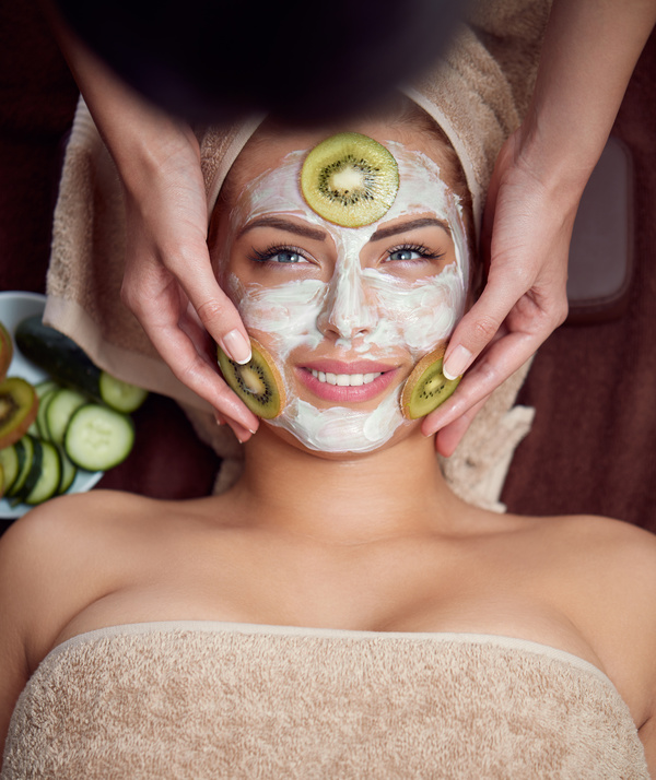 Apply the mask surface covered with fruit woman HD picture