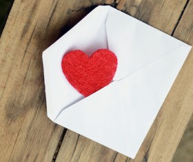 HD picture Envelopes and heart-shaped on the desktop