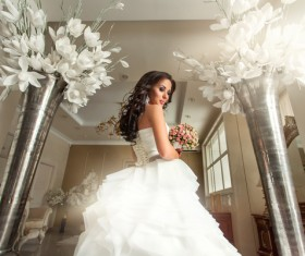 Wearing a white wedding bride happy smile HD picture