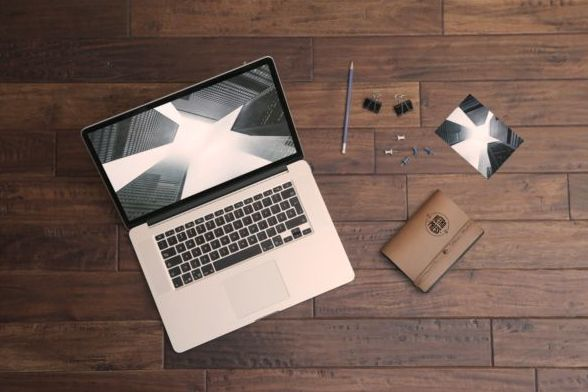 laptop Pro Mockup with wood floor psd material