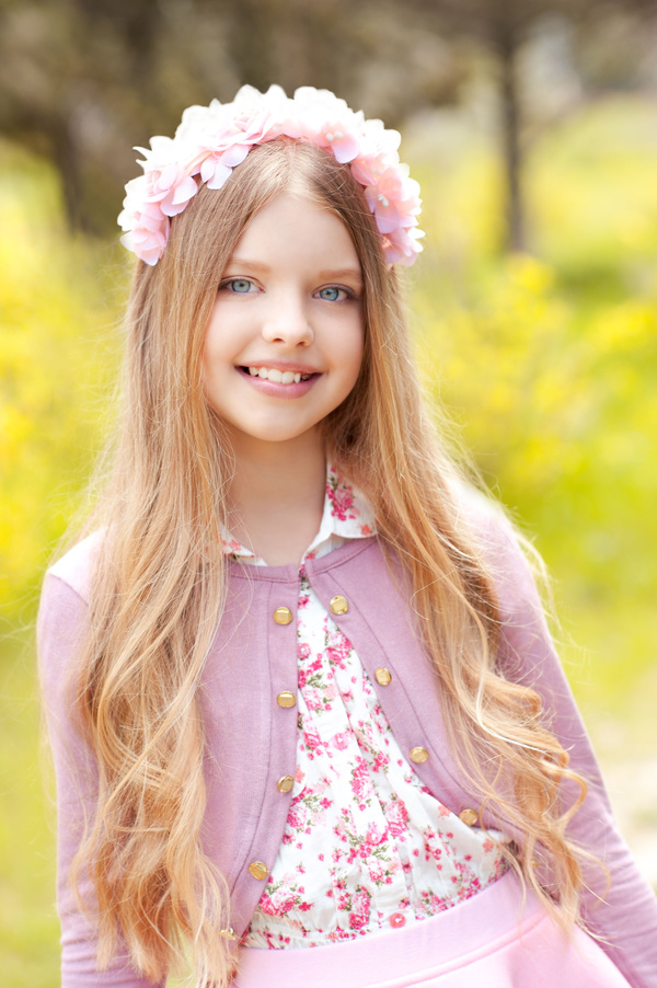 Clothes and wearing garlands of little girl 02
