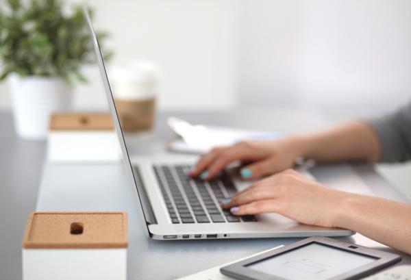 Https://Freedesignfile.com/Upload/2016/11/Female-Business-People-Using-Laptop-Stock-Photo.jpg