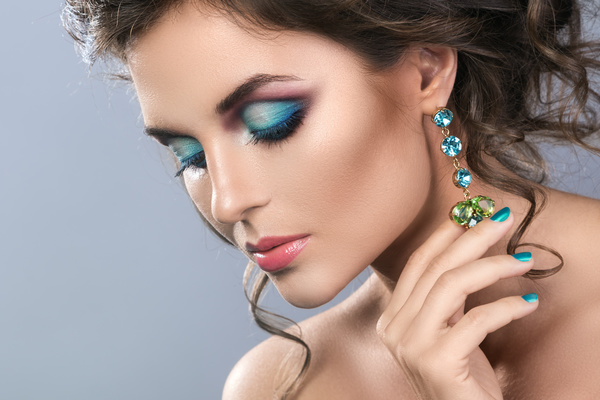 Alluring Woman With Makeup And Beautiful Jewelry Hd Picture 01 Free Download
