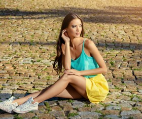 Young girl sitting on the floor HD picture 01