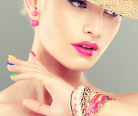 Elegant makeup and colorful nails HD picture 03