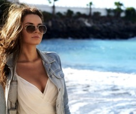 Fashionable woman on the beach HD picture
