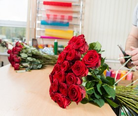 Finishing red roses bouquet HD picture