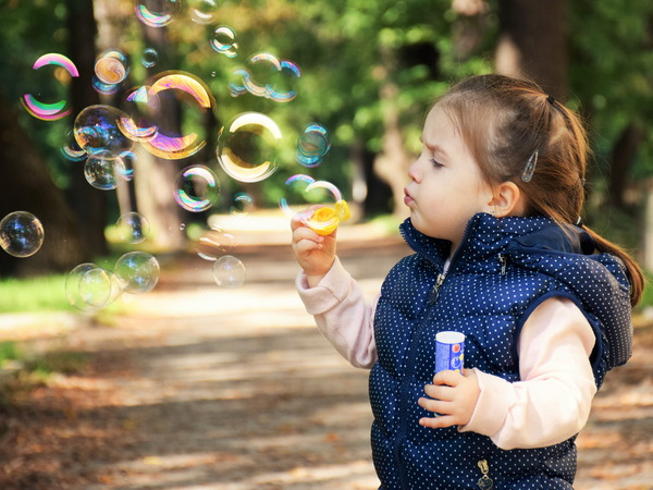 Little girl blowing bubbles HD picture