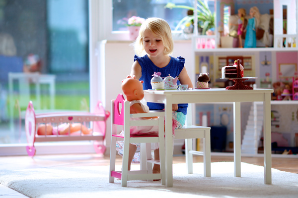Play the little girl with the dolls HD picture 01