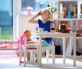 Play the little girl with the dolls HD picture 03