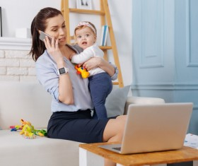 Holding the baby's mother answer the phone HD picture