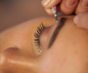 Pruning the eyebrows of the woman HD picture