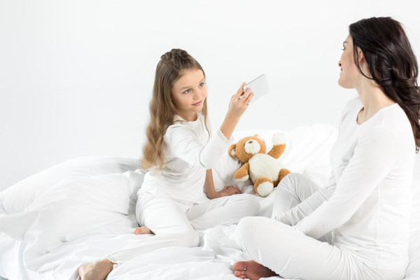 Daughter to take pictures of her mother HD picture