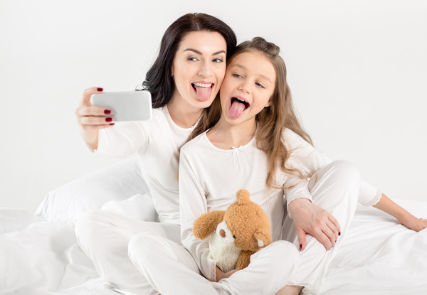 Exaggerated expression of the mother and daughter self timer HD picture