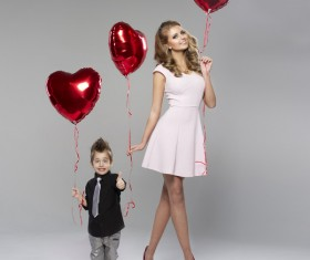 Holding the mother and son of a heart balloon HD picture