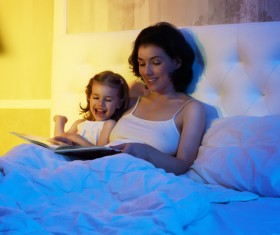mother who tells the story of the child HD picture