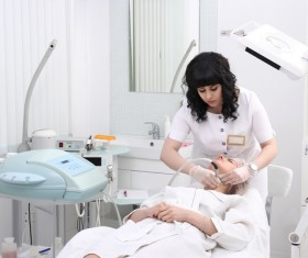 Beautician for customer beauty services HD picture