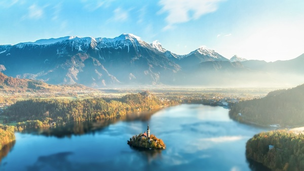 Morning mist shrouded mountains and lakes HD picture