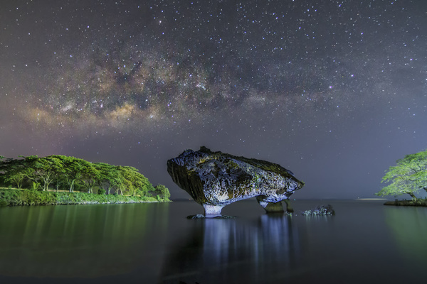 Night lakes in the rocky natural landscape HD picture