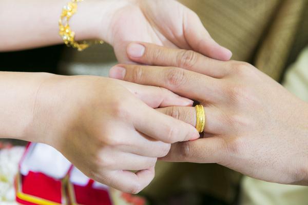Exchange wedding ring Stock Photo free download