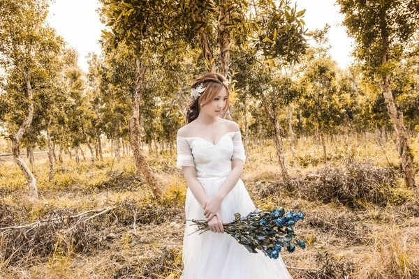 Asia girl shooting wedding photos in the wild Stock Photo